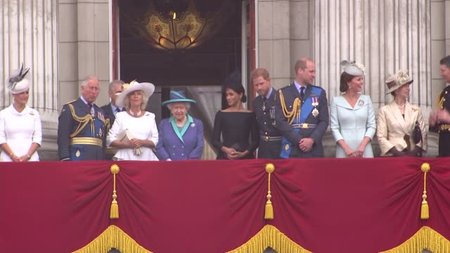 vídeos de stock, filmes e b-roll de royal family watch raf flypast from buckingham palace balcony england london buckingham palace queen elizabeth ii prince charles prince of wales... - realeza