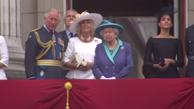 royal family watch raf flypast from buckingham palace balcony england london buckingham palace queen elizabeth ii prince charles prince of wales... - balkon stock-videos und b-roll-filmmaterial