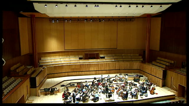 royal festival hall refurbished; high anlge view of auditorium zoom in - ロイヤルフェスティバルホール点の映像素材/bロール