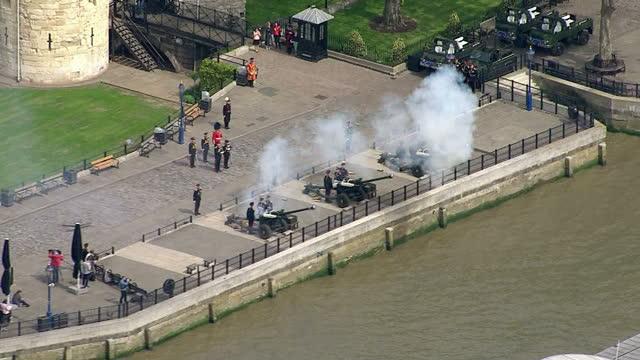 royal gun salutes celebrate the birth of hrh charlotte elizabeth diana of cambridge. shows exterior aerial shots the honourable artillery company... - 敬礼点の映像素材/bロール