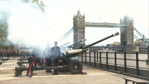 stockvideo's en b-roll-footage met royal gun salutes celebrate the birth of hrh charlotte elizabeth diana of cambridge. shows exterior shot part of a 62 gun salute on the banks of the... - salueren