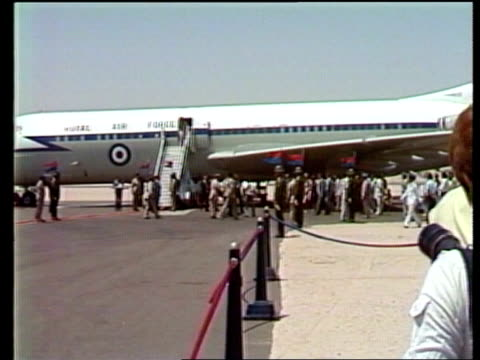 vídeos de stock, filmes e b-roll de hurghada ms royal car rl across tarmac and stops in shade of plane wing ls plane and people ms prince charles and anwar sadat towards followed by... - lua de mel