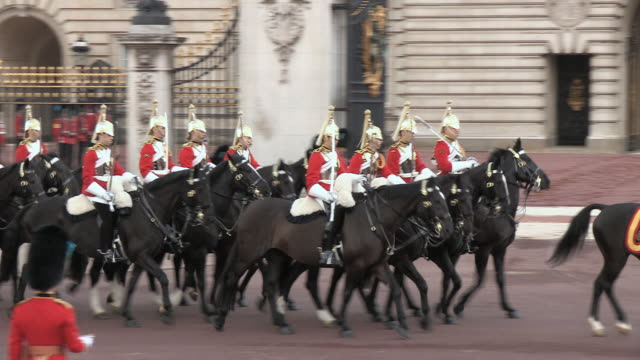 MS TS Royal household mounted cavalry at Buckingham Palace AUDIO / London, United Kingdom