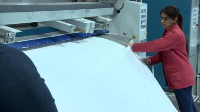 vídeos y material grabado en eventos de stock de royal jersey laundry, women cleaning and folding sheets for london hotels - hospitalidad