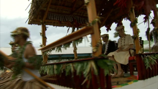stockvideo's en b-roll-footage met duke and duchess of cambridge in tuvalu south pacific tuvalu ext general view of prince william duke of cambridge and kate duchess of cambridge... - gazebo