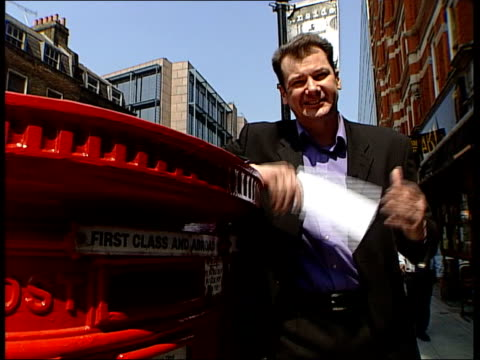 royal mail fails to meet 80% of performance targets; lunchtime news: chris choi itn england: london: ext i/c as posting letter int peter carr... - ロイヤルメール点の映像素材/bロール