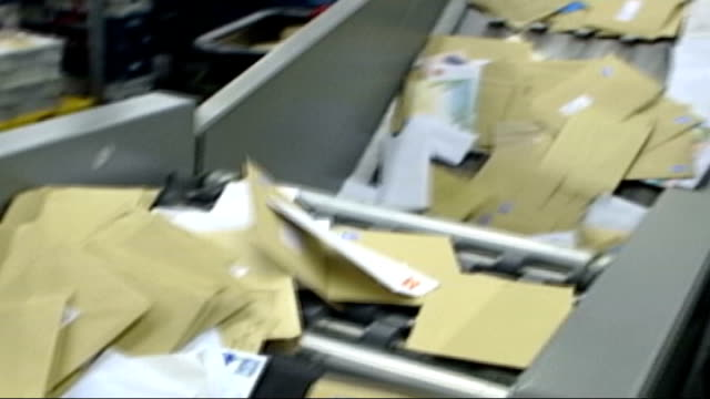 vidéos et rushes de royal mail fined over missing post england london letters in sorting machine freeze frame as letters are removed from conveyor belt - arrêt sur image