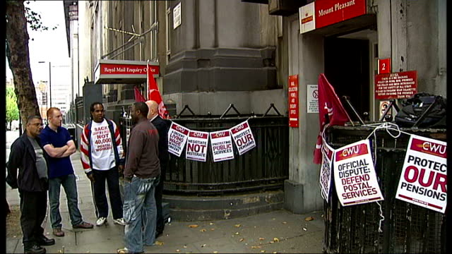 postal workers strike in london; england: london: mount pleasant: ext postal workers on strike outside post office 'royal mail enquiry office' sign... - ロイヤルメール点の映像素材/bロール