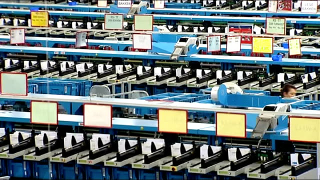 royal mail postal workers' strike: second day; belgium: brussels: postal worker sorting mail and automated sorting machines seen from above ext... - ロイヤルメール点の映像素材/bロール