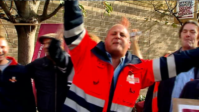 Royal Mail postal workers' strike second day London EXT Striking postal workers singing 'Mandy' on picket line SOT Reporter to camera