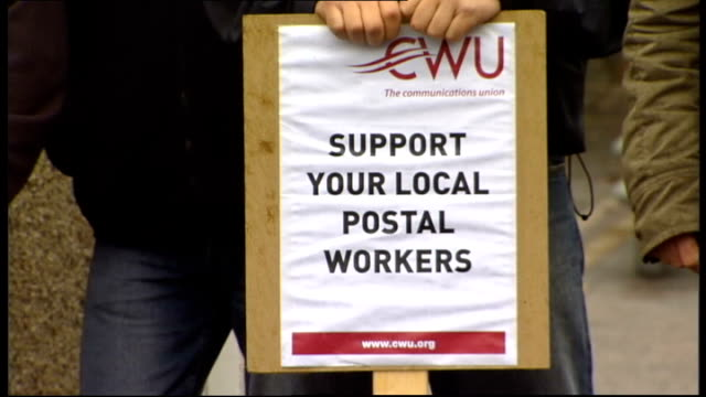 royal mail postal workers' strike: second day; scotland: aberdeen: cwu placard reading 'support your local postal workers' - ロイヤルメール点の映像素材/bロール