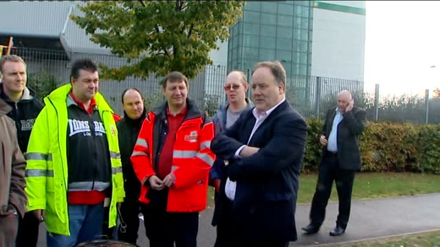 royal mail postal workers' strike: second day; t22100917 england: london: bow: billy hayes standing with strikers - ロイヤルメール点の映像素材/bロール