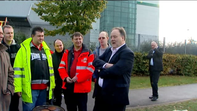 royal mail postal workers to hold more days of strikes; london: bow: striking east london postal workers standing next to brazier on picket line... - ロイヤルメール点の映像素材/bロール