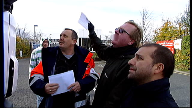 royal mail postal workers to hold more days of strikes; scotland: glasgow: ext striking royal mail workers on picket line, speaking to truck driver... - ロイヤルメール点の映像素材/bロール