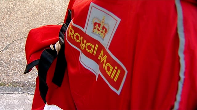 royal mail privatisation: share offer announced: unions to ballot on strike action; ext postman dominic beck looking at royal mail share offer... - ロイヤルメール点の映像素材/bロール