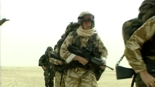 royal marines walking across desert as chinook helicopter takes off in b/g chinook flying away after take off int helicopter bv soldier on duty at... - 英国海兵隊点の映像素材/bロール