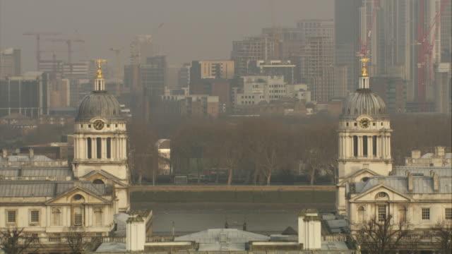 vidéos et rushes de zo, ws, ha, royal naval college, canary wharf in background, london, england - style du xviiième siècle