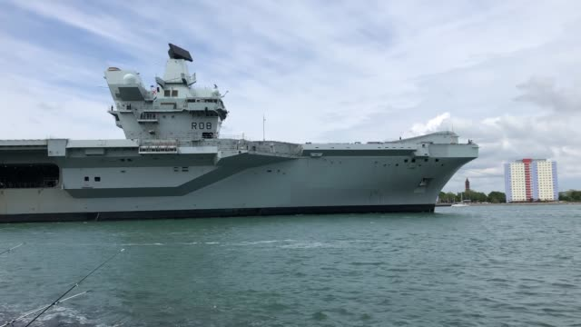 vidéos et rushes de royal navy aircraft carrier hms queen elizabeth has returned to base to pick up supplies having successfully completed its basic sea training. the... - royal navy