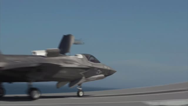 vidéos et rushes de royal navy launches fleet of f35 planes to be stationed on hms queen elizabeth gvs f35 fighter jets hms queen elizabeth jerry kyd interview various... - à bord