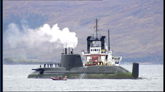 vídeos de stock, filmes e b-roll de royal navy nuclear submarine runs aground off scotland scotland isle of skye astute with tug next steam coming from outlet on conning tower of the... - hébridas
