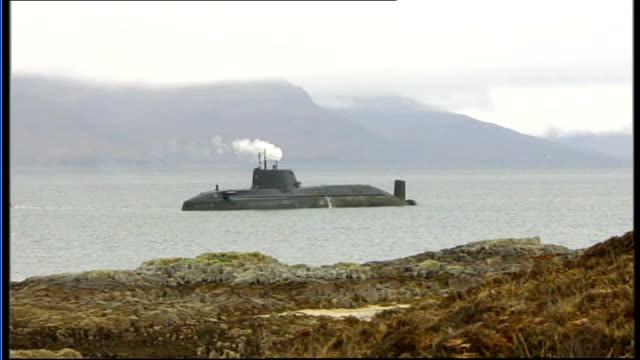 vídeos y material grabado en eventos de stock de royal navy nuclear submarine runs aground off scotland submarine 'hms astute' in water off coast with smoke from funnel and submerged submarine with... - submarino debajo del agua