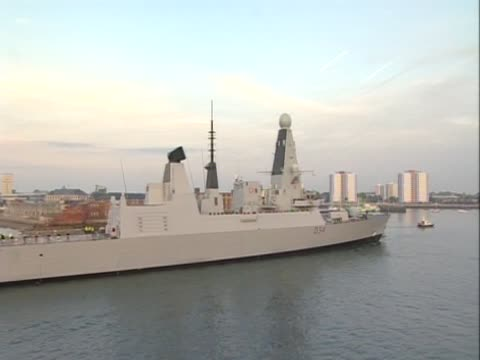 royal navy ship at sea in early evening light - 英国海兵隊点の映像素材/bロール