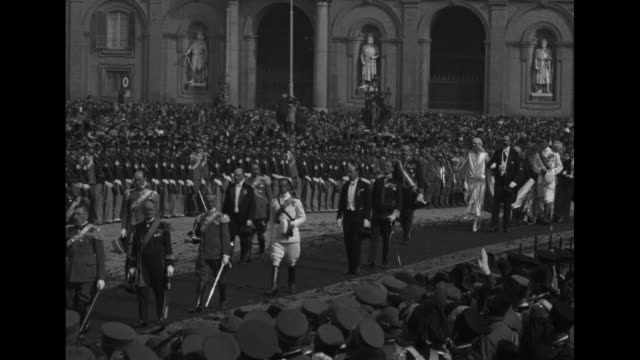 ws royal palace on the piazza del plebiscito / the wedding party marches across the piazza filled with spectators / footman carries princess anne of... - フットマン点の映像素材/bロール