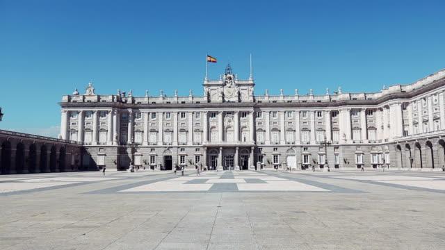 vídeos de stock e filmes b-roll de palácio real ou palácio real de madrid - palace