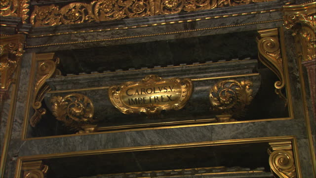 vídeos y material grabado en eventos de stock de cu td royal pantheon (panteon real), tombs of kings and queens, el escorial, northwest of madrid, spain - rey persona de la realeza