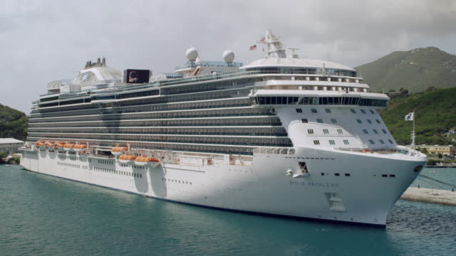 ws aerial pov royal princess cruise ship at baye de grigri / charlotte amalie, st. thomas - virgin islands, united states - kreuzfahrtschiff stock-videos und b-roll-filmmaterial