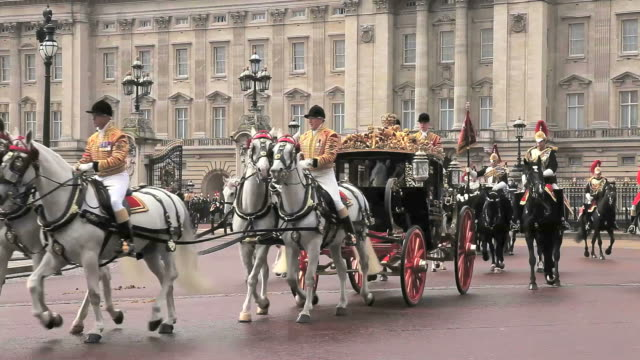 vídeos de stock, filmes e b-roll de royal procession leaves buckingham palace with hm queen elizabeth in the royal coach for the state opening of parliament - realeza britânica