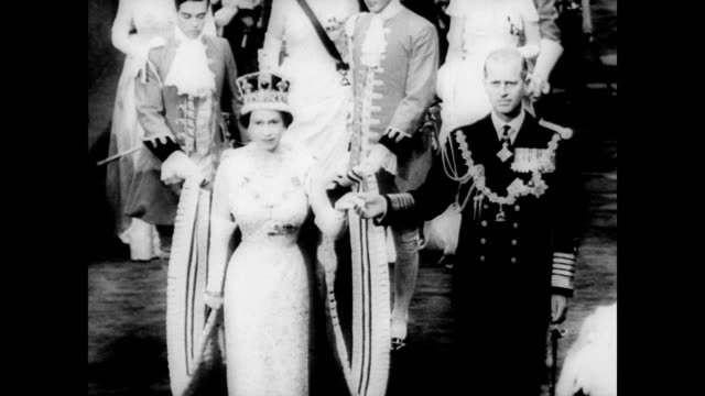 vidéos et rushes de / royal stage coach leads procession to parliament for first televised opening / queen elizabeth and duke of edinburgh stand in doorway as the doors... - parlement britannique