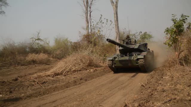 stockvideo's en b-roll-footage met royal thai army soldiers part of a stingray tank battalion practice firing maneuvers alongside their us counterparts during exercise cobra gold 2019... - infanterie