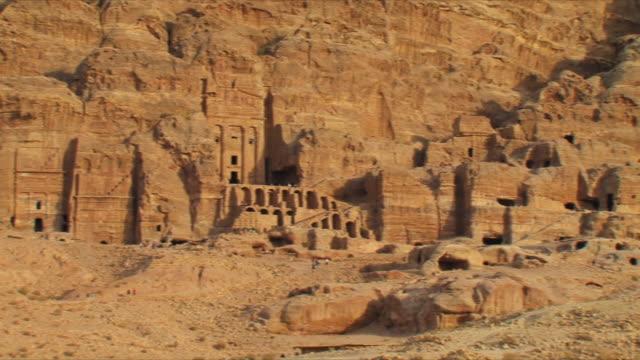 vídeos de stock e filmes b-roll de ws pan royal tombs at ancient city of petra / jordan - petra
