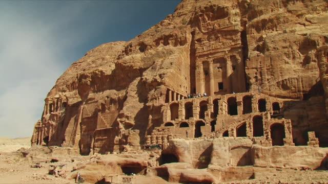 vídeos de stock e filmes b-roll de ws royal tombs, urn tomb at ancient city of petra / jordan - petra