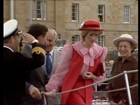 vidéos et rushes de day 11 australia tasmania hobart ms prince and princess of wales on boat rl gv harbour ls charles and diana on boat she holds onto her hat ms... - marin