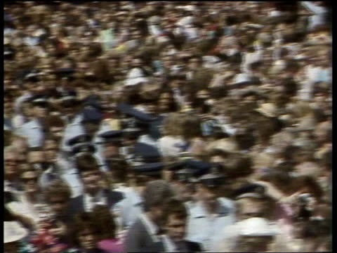 vídeos de stock, filmes e b-roll de day 23 australia queensland brisbane airv brisbane lms people gathered on flat balcony tilt down to crowds in street ts prince charles and princess... - evento de autógrafos