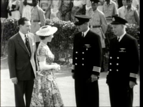 queen and duke arrive in lagos nigeria lagos ext soldiers on tarmac pan plane taxiing sign 'welcome to nigeria' queen elizabeth ii and prince philip... - 1956 bildbanksvideor och videomaterial från bakom kulisserna