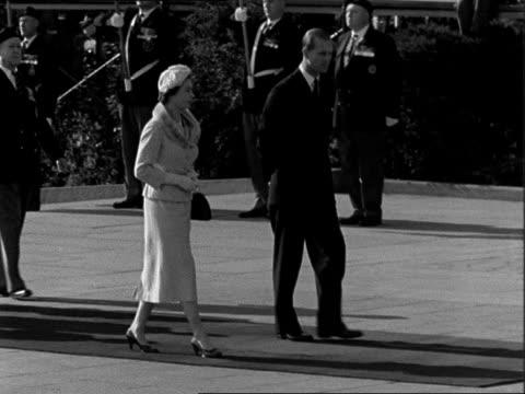 queen and prince philip lay wreath at war memorial in ottawa canada ontario ottawa ext queen elizabeth ii and prince taking part in ceremony to lay... - 1957 bildbanksvideor och videomaterial från bakom kulisserna