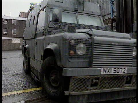 vídeos y material grabado en eventos de stock de royal ulster constabulary armoured cars go out on patrol londonderry 1994 - irlanda del norte