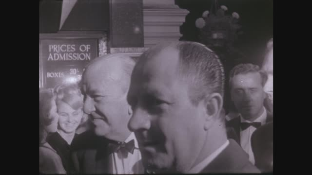 queen arrives england london palladium ms herbert wilcox and wife anna neagle in through crush ms noel coward in through crowd ms lionel bart with... - ライオネル・バート点の映像素材/bロール
