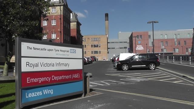 vidéos et rushes de royal victoria infirmary hospital entrance signpost newcastle upon tynde northumberland - indication de direction