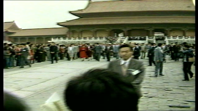 vidéos et rushes de day 2 nao rooftops the forbidden city queens motorcade arrival at city queen from car queen welcomed prince philip sir geoffrey howe by cars queen... - prince philip