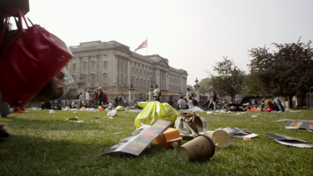 vídeos de stock, filmes e b-roll de ms royal wedding day rubbish garbage left at end of celebration in front of buckingham palace / london, united kingdom - copo descartável