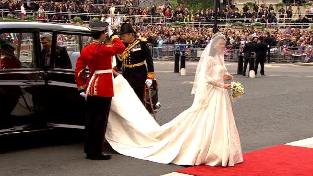 royal wedding dress fashion designer sarah burton awarded obe; lib england: london: westminster abbey: ext kate middleton along in sarah burton... - abito da sposa video stock e b–roll