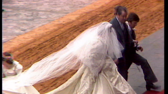 vídeos de stock, filmes e b-roll de royal wedding dress fashion designer sarah burton awarded obe lib july 1981 lady diana spencer from carriage in wedding dress - vestido de noiva