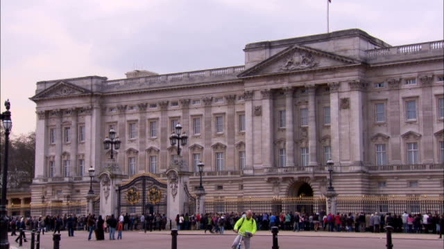 vídeos de stock, filmes e b-roll de general views buckingham palace and st james's park england london ext royal crest on frontage of buckingham palace / buckingham palace with the... - visão geral