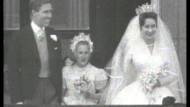 stockvideo's en b-roll-footage met london continues to prepare for the big day/royal wedding dress exhibition s21010801 buckingham palace ext princess margaret and her new husband lord... - prinses margaret windsor gravin van snowdon