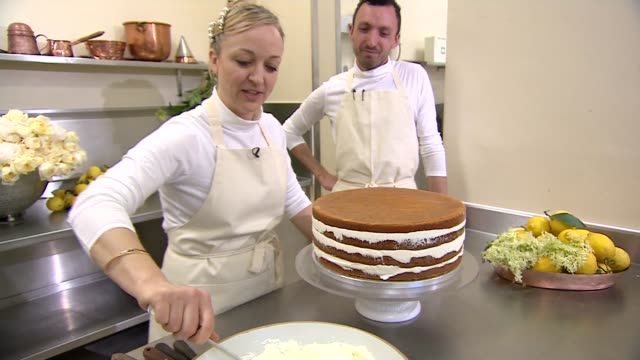 vidéos et rushes de royal wedding of prince harry and meghan markle interview with baker claire ptak claire ptak speaking sot close up spinning the cake to inspect the... - cuisinière