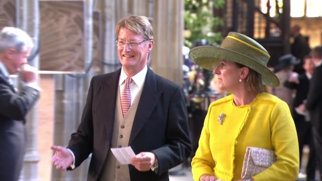 vídeos de stock, filmes e b-roll de royal wedding of prince harry and meghan markle itv news special 0925 1025 berkshire windsor long walk julie etchingham and phillip schofield guests... - hóspede